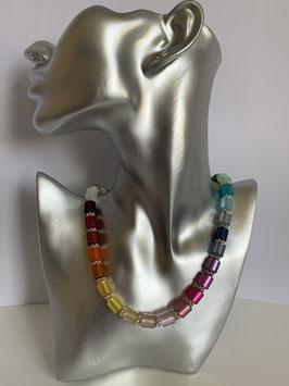 Bunte Halskette aus glänzenden Polarisröhren