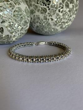 Gefädeltes Armband in silbergrau mit Swarovskisteinen kristall