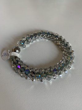 Gefädeltes Armband mit in silber und grün/blau schimmernden Kristallsteinen