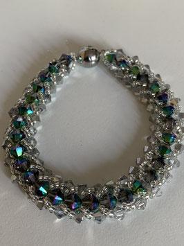 Gefädeltes Armband mit in silber und grün irisierenden Kristallsteinen