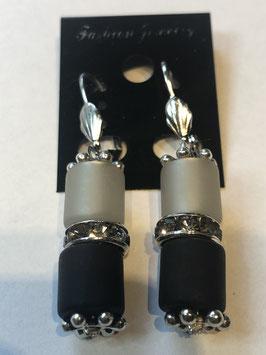 Ohrringe aus matten Polarisröhren 8mm in grau und schwarz mit Straßzwischenteil