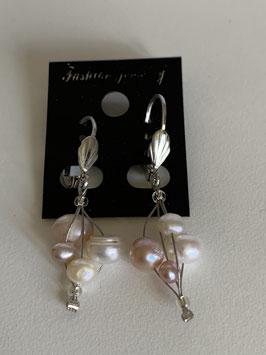Ohrringe auf Schmuckdraht mit Süßwasserperlen in weiß und apricot