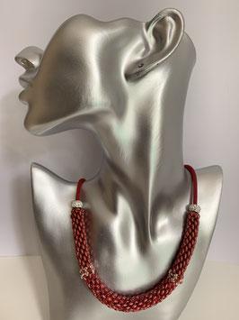 Gefädelte Halskette mit Duettperlen in Röhrenform in Rottönen und roter Textilschnur