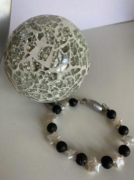 Armband aus Süsswasserperlen in Sternform und schwarzen Lavasteinen