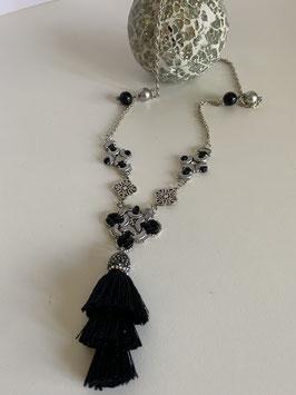 Halskette mit mehreren gefädelten Elementen, Metallelementen und einer Kristallquaste in schwarz