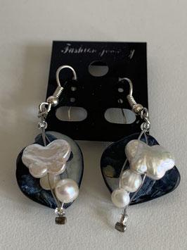 Ohrringe mit blauem Perlmuttelement sowie Süßwasserperlen in verschiedenen Formen
