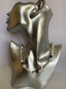 Weiße Süßwasserperlen und unterschiedlichen Biwa-Perlen sowie blauen Glassteinen