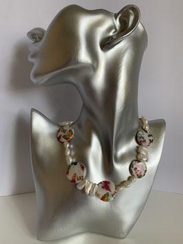 Weiße Süßwasserperlen, Biwa-Perlen und Perlmuttscheiben mit Schmetterlingen