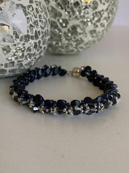 Gefädeltes Armband in dunkelblau mit Perlen par Puca aus Paris und Kristallperlen