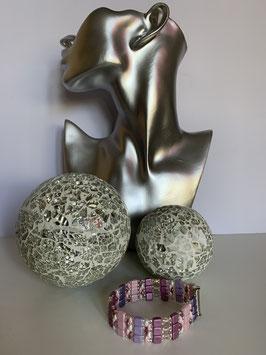 Gefädeltes Armband mit diversen Perlen und Steinen in Beeren- und Lilatönen