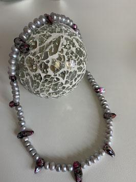 Graue Süßwasserpelen mit farbigen Biwa-Perlen