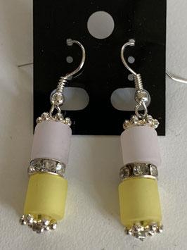 Ohrringe aus matten Polarisröhren 6mm in weiß und gelb mit Straßzwischenteil