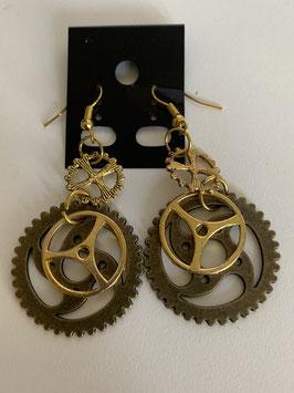 Ohrringe mit Zahnrädern in gold und kupfer und unterschiedlichen Größen