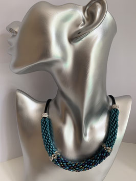Gefädelte Halskette mit Duettperlen in Röhrenform in Türkistönen