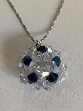 Gefädelter Anhänger aus Kristallsteinen in den Farben royalblau und kristall