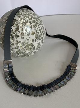 Gefädelte Halskette mit Tilaperlen in hellgrau und anthrazit und Kautschukband