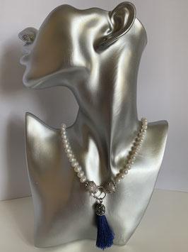 Weiße Süßwasserperlen mit Leopardenkopfverbinder und Kristallquaste in royalblau