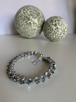 Gefädeltes Armband in silbergrau mit Perlen par Puca aus Paris und Kristallperlen