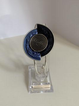 Versilberter Armreif mit verarbeiteten Nespressokapseln in blau und schwarz