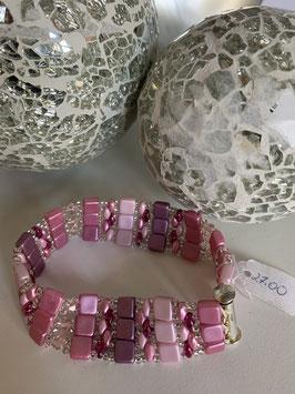Gefädeltes Armband mit diversen Perlen und Steinen in Rosatönen
