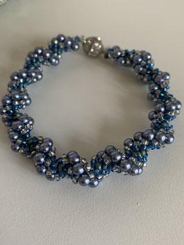 Gefädeltes Armband mit Glaswachsperlen in blau