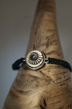 "Armband in Fassung mit Macrame-Band ""Fossil"""