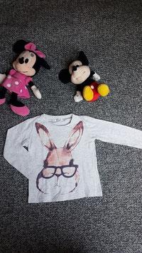 langarm T-Shirt Gr. 110, hellgraues langarm T-Shirt mit Hase, fleck am Ärmel