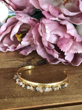 Armspange mit farbigen Perlen
