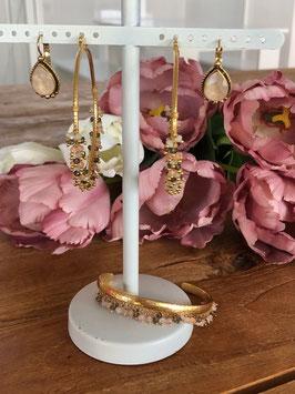 Kreolen mit farbigen Perlen