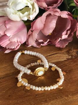 Armbänder mit weissen Perlen