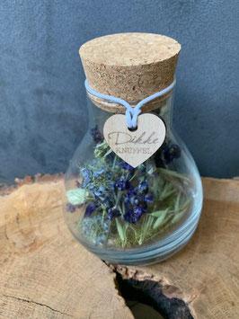 Glazen erlenmeyer met droogbloemen
