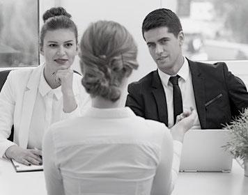 Hier sehen Sie eine Bewerberin, die sich mit Personal- und Fachabteilung im Vorstellungsgespräch befindet.