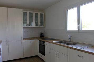 La cuisine et son électromenager neuf (réfrigérateur/congélateur et micro-onde sont derrière les placards)