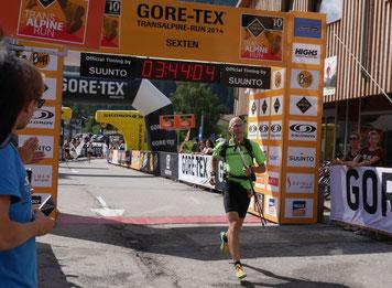 Martin Schenker im Ziel des Transalpine-Run 2014