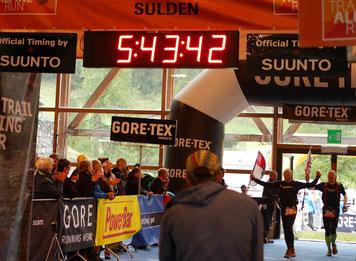 Stefan Katzmann und Jürgen Helm im Ziel des Transalpine-Run 2015