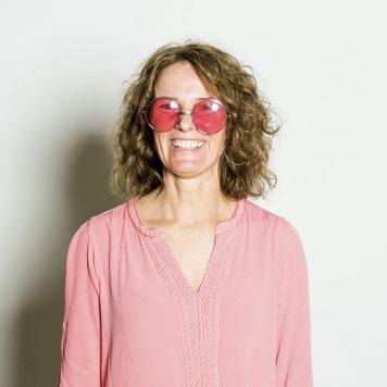 Gertraud sieht hier die Welt durch die rosarote Brille