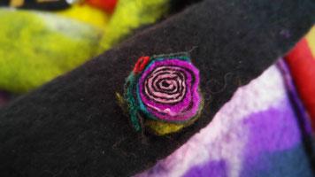 Galerie Konschak - bunte Filzblüte auf Filztasche