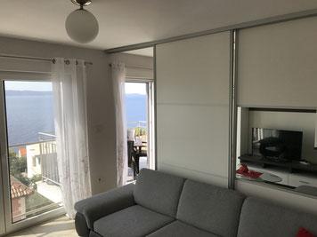 Die Terrasse bietet eine rundum schöne Aussicht, mit der Mavarstica Bucht zur anderen Seite