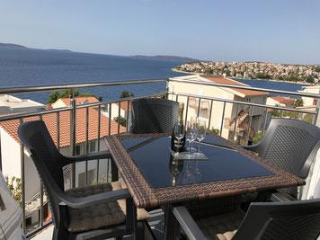 Die Terrasse bietet einen schönen Ausblick aufs Meer und die vorgelagerten Inseln