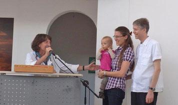 Martina John begrüßt Familie Keßler in der Morgenandacht bei Diospi Suyana in Peru