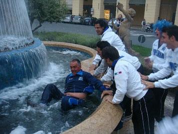 Mister Benedetti gettato nella fontana