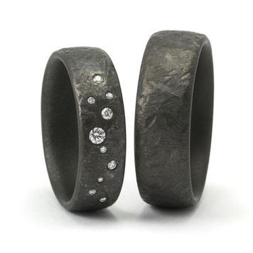 Tantal Eheringe mit struktur und Diamanten besetzt, gehärtetes Tantal, tantal-ringe-mit-struktur, struckturierte-ringe, schwarze-ringe, schwarze-trauringe, harte-ringe, robuste-trauringe, beständige-ringe, handgefertigt
