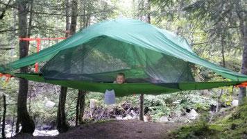 gesunder Urlaub in der Natur im Baumzelt mit dem Komfort eines Hotels