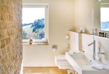 Modernes Tageslichtbad mit barrierefreier Dusche im E-smog Hotel Gut Lilienfein