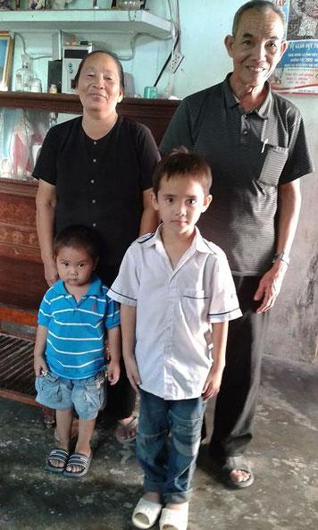 Die Großeltern und Minh und Dung 2014