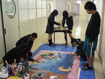 日本側が先にキャンバスの半分に絵を描いています