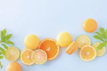 輪切りのオレンジとライム、オレンジ色のマカロン。