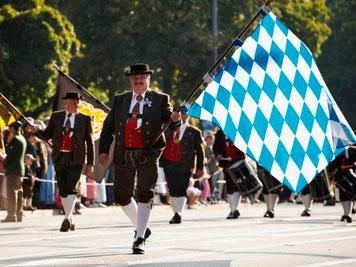 バイエルン州の州旗を掲げながら行進。©Frank Bauer, München Tourismus