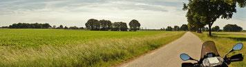 Eine kleine Landstraße in wunderschöner Landschaft