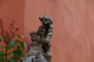 An einer Hausecke in Mehring wacht ein kleines Teufelswesen...